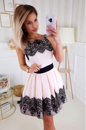 Koktajlowa sukienka wykończona koronką Mia - beż z czernią