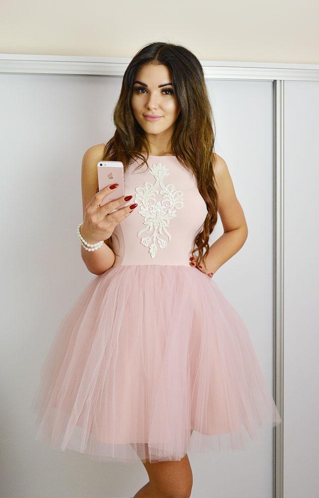 rozkloszowana tiulowa sukienka
